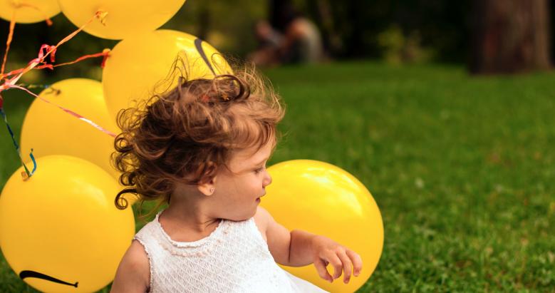 Enfant joyeux avec des ballons Association St Vincent de Paul